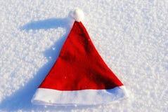 Chapeau traditionnel de Santa sur le fond de l'hiver Images stock