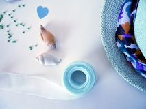 Chapeau, tresse et papier coloré pour la créativité faite main Image stock
