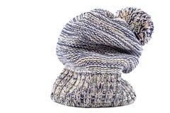 Chapeau tricoté coloré d'hiver sur un blanc Images stock
