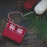 Chapeau tricoté non fini sur des aiguilles de tricotage Photo stock