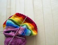 Chapeau tricoté par arc-en-ciel, fait main Passe-temps domestique préféré Photographie stock