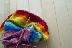 Chapeau tricoté par arc-en-ciel, fait main Passe-temps domestique préféré Photo stock