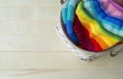 Chapeau tricoté par arc-en-ciel, fait main Passe-temps domestique préféré Image libre de droits