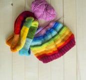 Chapeau tricoté par arc-en-ciel, fait main Passe-temps domestique préféré Photographie stock libre de droits