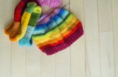 Chapeau tricoté par arc-en-ciel, fait main Passe-temps domestique préféré Photos libres de droits