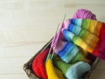 Chapeau tricoté par arc-en-ciel, fait main Passe-temps domestique préféré Images libres de droits