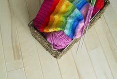 Chapeau tricoté par arc-en-ciel, fait main Passe-temps domestique préféré Images stock