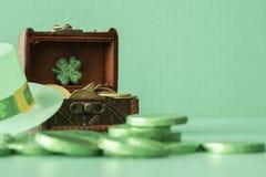 Chapeau vert avec le trèfle et pièces de monnaie vertes - concept de jour de St Partrick photo libre de droits