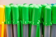 Chapeaux colorés de stylo sur le blanc photo libre de droits