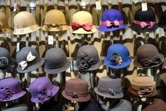 Chapeaux dans le magasin sur la rue de Qianmen dans Pékin Images stock