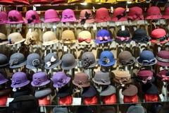 Chapeaux dans le magasin sur la rue de Qianmen dans Pékin Photographie stock libre de droits