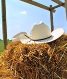 Chapeaux de cowboy sur le foin Image libre de droits