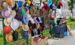 Chapeaux de dames ' Plyos, région d'Ivanovo, le 5 juillet 2014 Photographie stock libre de droits