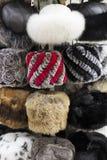 Chapeaux de fourrure russes d'hiver à vendre Photo libre de droits