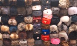 Chapeaux de fourrure russes de souvenir avec des attributs soviétiques Photographie stock libre de droits