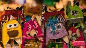Chapeaux de l'hiver des enfants de laine sur la fenêtre de magasin photos libres de droits