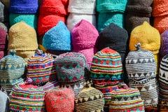 chapeaux de laine colorés faits à la main sur un marché local Images stock