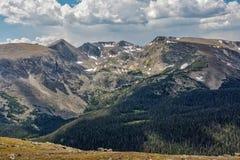 Chapeaux de neige d'été en Rocky Mountain National Park image stock