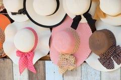 Chapeaux de paille à vendre, accrochant sur un mur photos stock