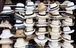 Chapeaux de paille sur la voile Photos stock
