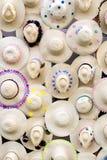 Chapeaux de paille sur le mur photographie stock
