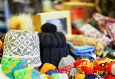 Chapeaux de pom de Pom montrés en vente au marché de Noël de Riga Photographie stock