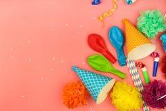 Chapeaux de vacances, sifflements, ballons photos stock