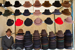 Chapeaux dedans sur le marché en plein air de Saquisili, Equateur Photographie stock libre de droits