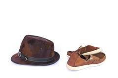 Chapeaux en cuir et vieilles espadrilles rouges sur le blanc Image libre de droits