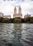 Chapeaux en paille au lac dans le Central Park, New York Photographie stock