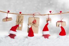 Chapeaux et étoiles de Santa dans la neige Photographie stock libre de droits