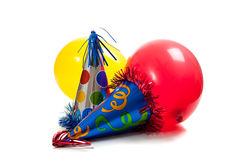 Chapeaux et ballons de fête d'anniversaire sur le blanc Photo libre de droits