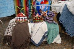 Chapeaux et châles de souvenir pour des touristes en la Madère Image stock
