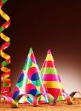 Chapeaux et flammes colorés de partie sur le gradient Brown Images stock