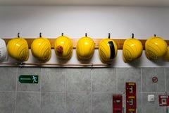 Chapeaux jaunes de construction Images stock