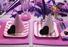 Chapeaux roses de partie sur l'arrangement de table photo libre de droits