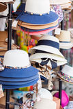 Chapeaux sur l'étagère photos libres de droits