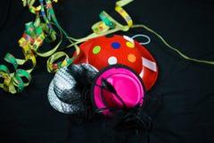 Chapeaux sur le fond noir, chapeaux de carnaval, chapeaux de partie Photos stock