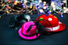 Chapeaux sur le fond noir, chapeaux de carnaval, chapeaux de partie Image libre de droits