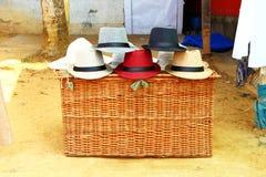 Chapeaux sur le panier en osier Inde de boutique photos libres de droits