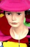 Chapeaux sur un marché à Paris Images stock
