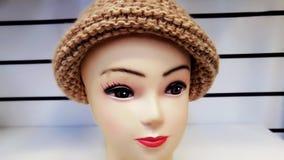 Chapeaux tricotés sur un mannequin photos stock