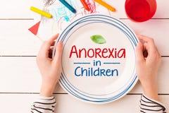 Chapeie com 'a anorexia nas crianças 'assinam dentro as mãos da criança foto de stock
