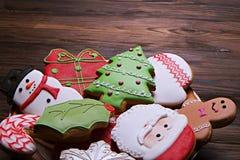 Chapeie completamente das cookies saborosos do Natal na tabela de madeira Fotos de Stock Royalty Free
