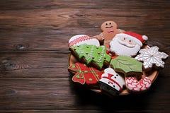 Chapeie completamente das cookies saborosos do Natal na tabela de madeira marrom Fotos de Stock Royalty Free