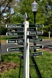 Chapel Hill, OR : Poteau indicateur de village de Fearington Photos stock