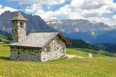 The Chapel of Mastle located near Raiser Pass, with Puez Odle mountain range on the left and Sella Group mountains on the right royalty free stock photography