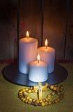 Chapelet et bougies Photos stock