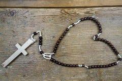 Chapelet et croix catholiques rustiques Photographie stock