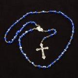 Chapelet saint avec la croix chrétienne d'isolement sur le fond foncé images libres de droits
